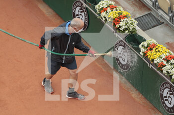 05/10/2020 - Gardner assistant of Suzanne Lenglen stadium cleaned up the advertisings by water jet the during the Roland Garros 2020, Grand Slam tennis tournament, on October 5, 2020 at Roland Garros stadium in Paris, France - Photo Stephane Allaman / DPPI - ROLAND GARROS 2020, GRAND SLAM TOURNAMENT - INTERNAZIONALI - TENNIS