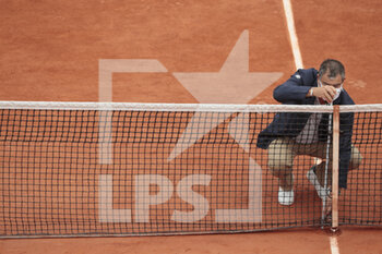 05/10/2020 - The referee checks the height of the net before starting a match on Suzanne Lenglen stadium during the Roland Garros 2020, Grand Slam tennis tournament, on October 5, 2020 at Roland Garros stadium in Paris, France - Photo Stephane Allaman / DPPI - ROLAND GARROS 2020, GRAND SLAM TOURNAMENT - INTERNAZIONALI - TENNIS
