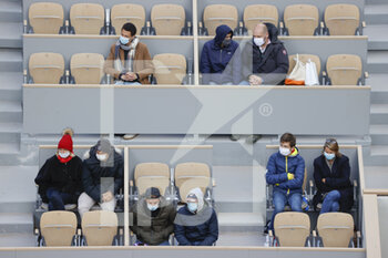 05/10/2020 - The spectators and supporters are dressed as in winter equipped with caps, scarves, jackets, folded up on themselves seized by the cold and wet wind inside Philippe Chatrier stadium during the Roland Garros 2020, Grand Slam tennis tournament, on October 5, 2020 at Roland Garros stadium in Paris, France - Photo Stephane Allaman / DPPI - ROLAND GARROS 2020, GRAND SLAM TOURNAMENT - INTERNAZIONALI - TENNIS