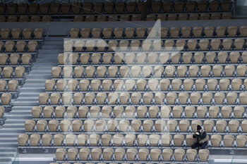 05/10/2020 - Alone photographer isolated among the empty seats around is dressed as in winter equipped with caps, scarves, jackets, folded up on themselves seized by the cold and wet wind on Philippe Chatrier stadium during the Roland Garros 2020, Grand Slam tennis tournament, on October 5, 2020 at Roland Garros stadium in Paris, France - Photo Stephane Allaman / DPPI - ROLAND GARROS 2020, GRAND SLAM TOURNAMENT - INTERNAZIONALI - TENNIS