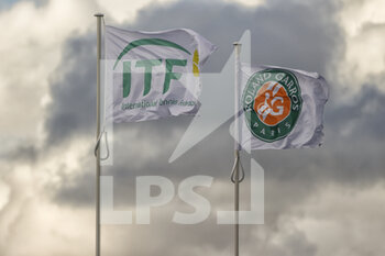 05/10/2020 - Roland Garros and ITF flags over the rooftop of Philippe Chatrier stadium during the Roland Garros 2020, Grand Slam tennis tournament, on October 5, 2020 at Roland Garros stadium in Paris, France - Photo Stephane Allaman / DPPI - ROLAND GARROS 2020, GRAND SLAM TOURNAMENT - INTERNAZIONALI - TENNIS