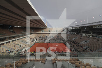 05/10/2020 - The rooftop Philippe Chatrier stadium is closing during the Roland Garros 2020, Grand Slam tennis tournament, on October 5, 2020 at Roland Garros stadium in Paris, France - Photo Stephane Allaman / DPPI - ROLAND GARROS 2020, GRAND SLAM TOURNAMENT - INTERNAZIONALI - TENNIS