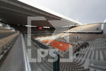 05/10/2020 - Raindrops illustration over windows on Philippe Chatrier stadium during the Roland Garros 2020, Grand Slam tennis tournament, on October 5, 2020 at Roland Garros stadium in Paris, France - Photo Stephane Allaman / DPPI - ROLAND GARROS 2020, GRAND SLAM TOURNAMENT - INTERNAZIONALI - TENNIS