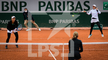 05/10/2020 - Iga Swiatek of Poland and Nicole Melichar of the United States in action during the third doubles round at the Roland Garros 2020, Grand Slam tennis tournament, on October 5, 2020 at Roland Garros stadium in Paris, France - Photo Rob Prange / Spain DPPI / DPPI - ROLAND GARROS 2020, GRAND SLAM TOURNAMENT - INTERNAZIONALI - TENNIS