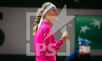 05/10/2020 - Petra Kvitova of the Czech Republic in action against Shuai Zhang of China during the fourth round at the Roland Garros 2020, Grand Slam tennis tournament, on October 5, 2020 at Roland Garros stadium in Paris, France - Photo Rob Prange / Spain DPPI / DPPI - ROLAND GARROS 2020, GRAND SLAM TOURNAMENT - INTERNAZIONALI - TENNIS