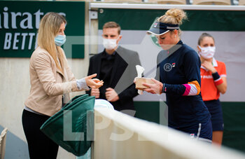 05/10/2020 - Laura Siegemund of Germany eats during the fourth round at the Roland Garros 2020, Grand Slam tennis tournament, on October 5, 2020 at Roland Garros stadium in Paris, France - Photo Rob Prange / Spain DPPI / DPPI - ROLAND GARROS 2020, GRAND SLAM TOURNAMENT - INTERNAZIONALI - TENNIS