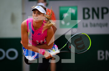 05/10/2020 - Paula Badosa of Spain in action against Laura Siegemund of Germany during the fourth round at the Roland Garros 2020, Grand Slam tennis tournament, on October 5, 2020 at Roland Garros stadium in Paris, France - Photo Rob Prange / Spain DPPI / DPPI - ROLAND GARROS 2020, GRAND SLAM TOURNAMENT - INTERNAZIONALI - TENNIS