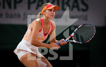 05/10/2020 - Sofia Kenin of the United States in action against Fiona Ferro of France during the fourth round at the Roland Garros 2020, Grand Slam tennis tournament, on October 5, 2020 at Roland Garros stadium in Paris, France - Photo Rob Prange / Spain DPPI / DPPI - ROLAND GARROS 2020, GRAND SLAM TOURNAMENT - INTERNAZIONALI - TENNIS