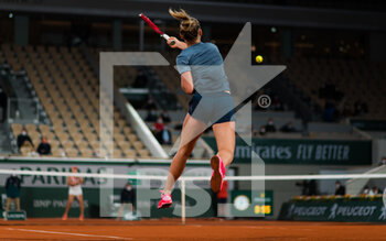 05/10/2020 - Fiona Ferro of France in action against Sofia Kenin of the United States during the fourth round at the Roland Garros 2020, Grand Slam tennis tournament, on October 5, 2020 at Roland Garros stadium in Paris, France - Photo Rob Prange / Spain DPPI / DPPI - ROLAND GARROS 2020, GRAND SLAM TOURNAMENT - INTERNAZIONALI - TENNIS