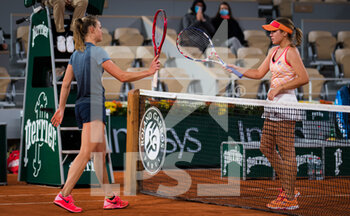 05/10/2020 - Fiona Ferro of France and Sofia Kenin of the United States at the net during the fourth round at the Roland Garros 2020, Grand Slam tennis tournament, on October 5, 2020 at Roland Garros stadium in Paris, France - Photo Rob Prange / Spain DPPI / DPPI - ROLAND GARROS 2020, GRAND SLAM TOURNAMENT - INTERNAZIONALI - TENNIS