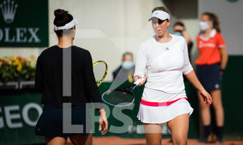 07/10/2020 - Desirae Krawczyk of the United States and Alexa Guarachi of Chile in action during the doubles quarter-final at the Roland Garros 2020, Grand Slam tennis tournament, on October 7, 2020 at Roland Garros stadium in Paris, France - Photo Rob Prange / Spain DPPI / DPPI - QUARTER-FINAL OF THE ROLAND GARROS 2020, GRAND SLAM - INTERNAZIONALI - TENNIS