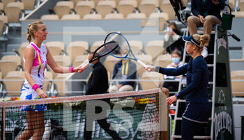 07/10/2020 - Petra Kvitova of the Czech Republic and Laura Siegemund of Germany at the net after their quarter-final match at the Roland Garros 2020, Grand Slam tennis tournament, on October 7, 2020 at Roland Garros stadium in Paris, France - Photo Rob Prange / Spain DPPI / DPPI - QUARTER-FINAL OF THE ROLAND GARROS 2020, GRAND SLAM - INTERNAZIONALI - TENNIS