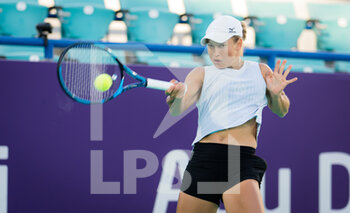 10/01/2021 - Yulia Putintseva of Kazakhstan in action against Sofia Kenin of the United States during her third round match at the 2021 Abu Dhabi WTA Women's Tennis Open WTA 500 tournament on January 10, 2021 in Abu Dhabi, United Arab Emirates - Photo Rob Prange / Spain DPPI / DPPI - 2021 ABU DHABI WTA WOMEN'S TENNIS OPEN WTA 500 TOURNAMENT - THIRD ROUND - INTERNAZIONALI - TENNIS