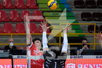 04/04/2021 - Francesco Recine - Consar Ravenna attacca a filo rete. - PLAYOFF 5O POSTO - NBV VERONA VS CONSAR RAVENNA - SUPERLEGA SERIE A - VOLLEY